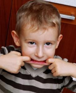Retrato de un niño haciendo muecas.