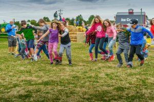 Giochi per feste bambini, corsa a gambe legate